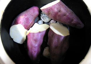 石焼壷の底に鳴門金時芋を敷詰めます。