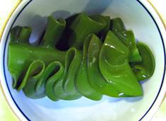 採れたてめかぶをさっと湯掻き水で冷やしました。鮮やかな緑色になります。